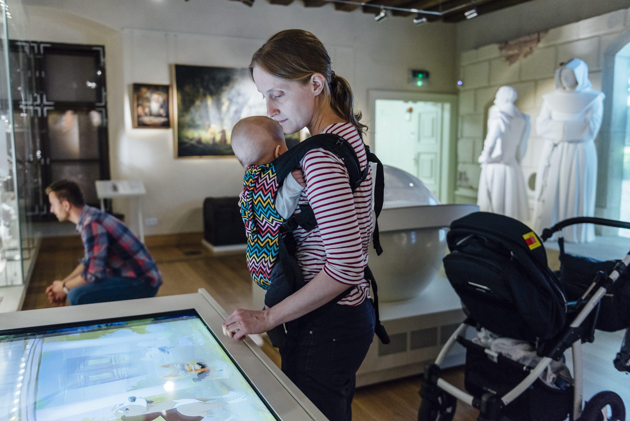muzealniaki matka z dzieckiem mama chusta