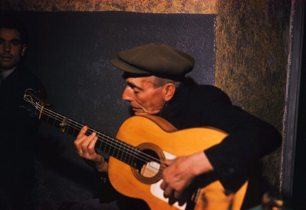 Gitarzysta flamenco, fot. Jadwiga Nowak-Jezioranska (Archiwum Jana Nowaka-Jezioranskiego. Zaklad Narodowy im. Ossolinskich)