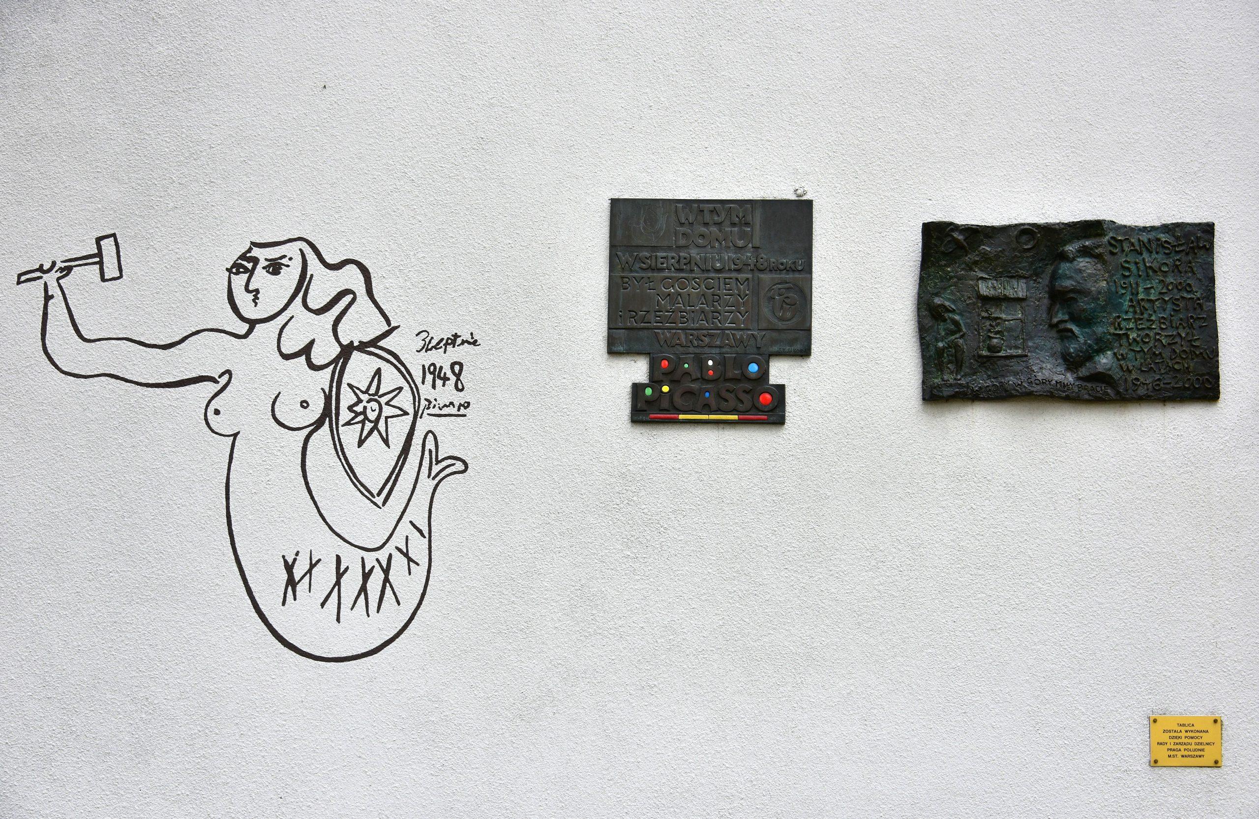 Tablica pamiątkowa i kopia Syrenki Pabla Picassa na budynku przy ul. Obrońców 28/30 w Warszawie, fot. Adrian Grycuk, źródło grafiki: Wikipedia
