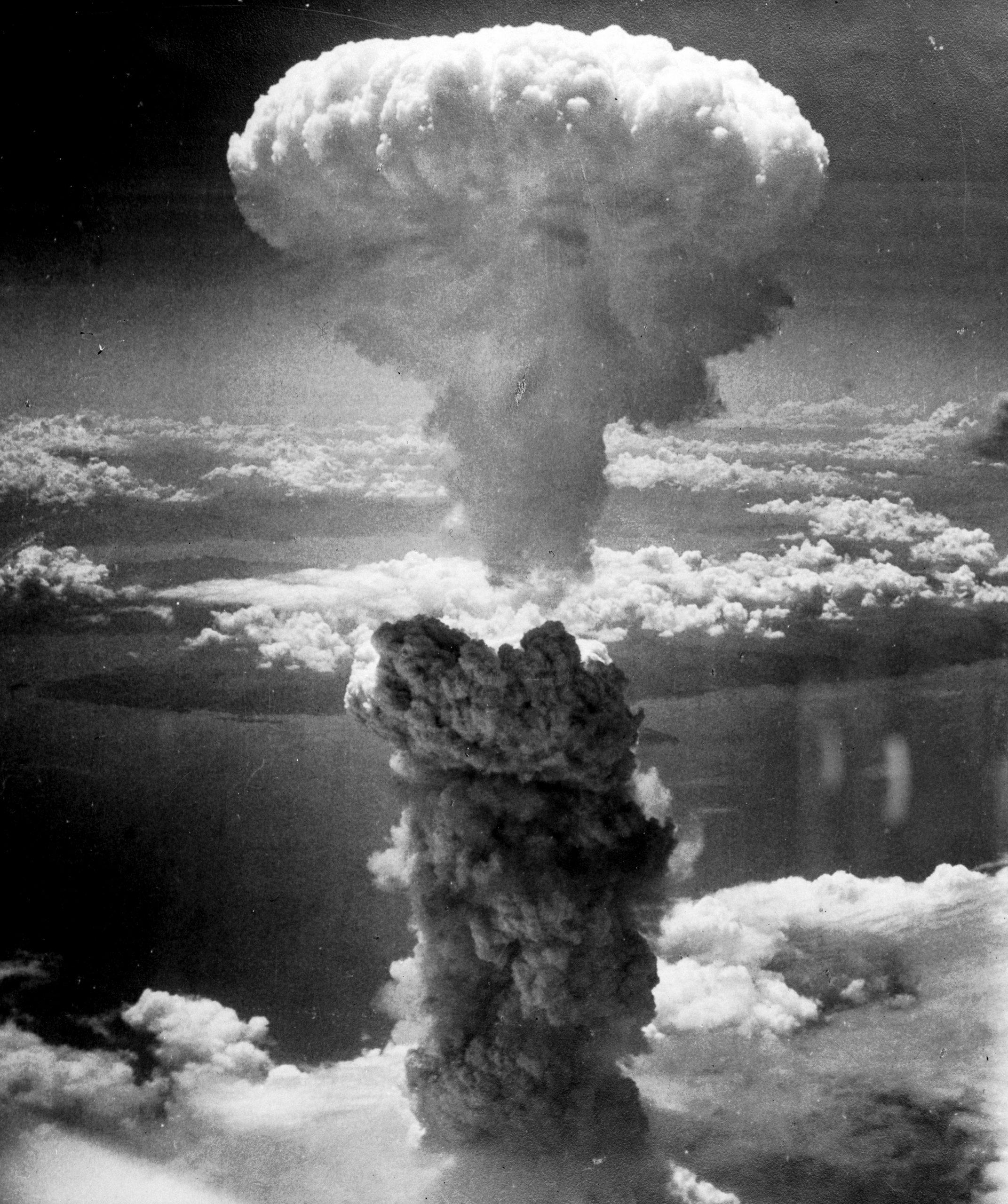 Grzyb dymu powstały w wyniku wybuchu bomby atomowej nad Nagasaki 9 sierpnia 1945 roku, źródło: Wikipedia
