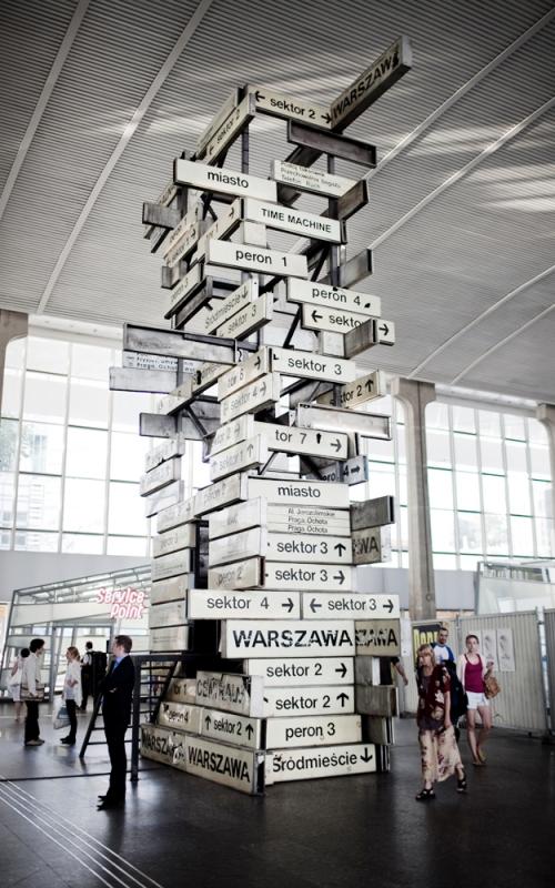 """Aleksandra Wasilkowska, """"Time Machine"""", 2011, instalacja na dworcu Centralnym w Warszawie., fot. Maciej Landsberg"""
