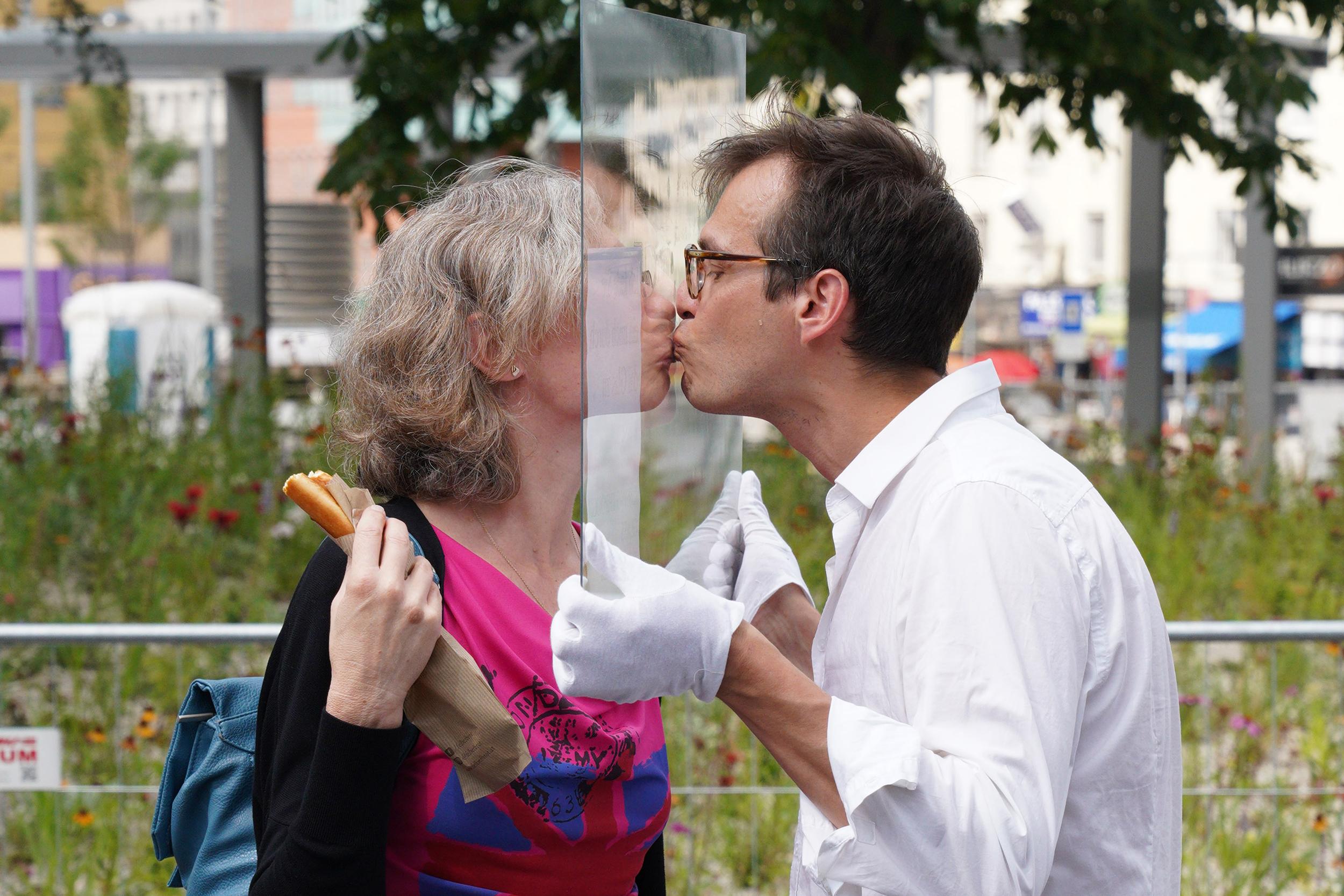 photo: KISS: Thomas Geiger, Festival of Minimal Actions: Jiří Kovanda, Kissing through glass, Foto: Kunsthalle Wien, 2020