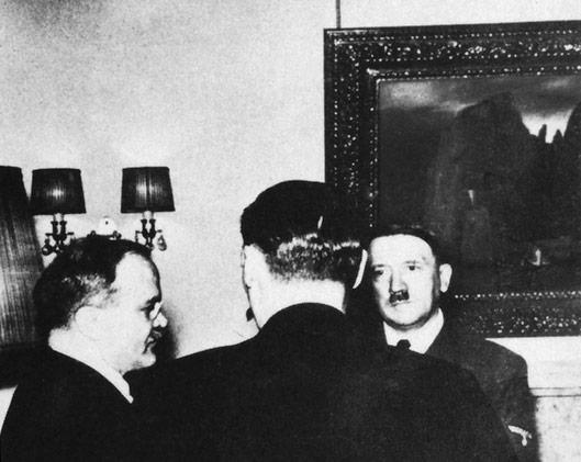 """Adolf Hitler, Wiaczesław Mołotow, Joachim von Ribbentrop, w tle """"Wyspa umarłych"""", źródło: https://niezlasztuka.net/o-sztuce/arnold-bocklin-wyspa-umarlych/"""