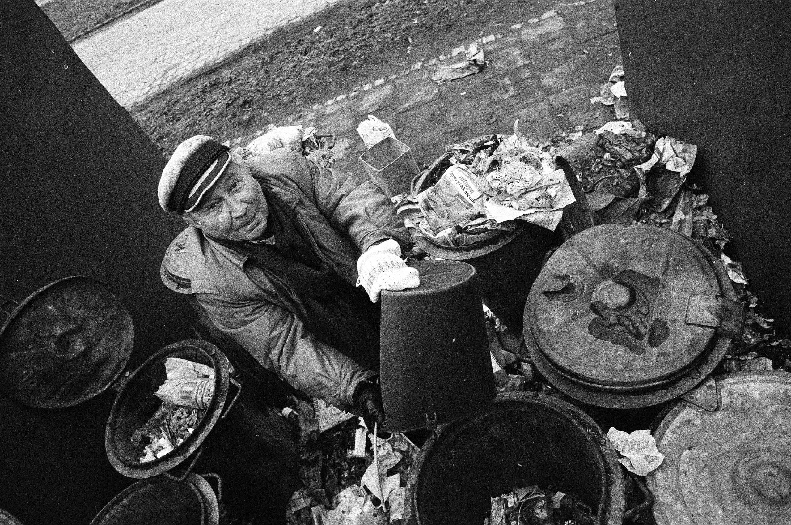 """Happening Tadeusza Różewicza """"Śmietnik"""" przy ul. Januszowickiej we Wrocławiu, 1989. Fot. Adam Hawałej"""